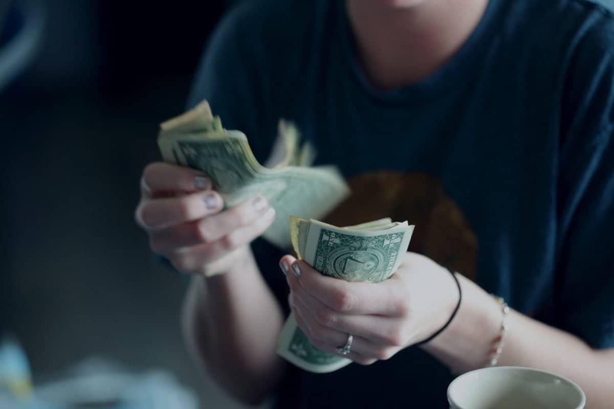 дължиш ми едни пари